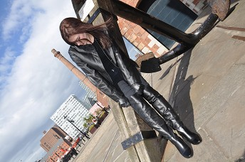 hannah-girl-in-leather-boots-and-leather-glove