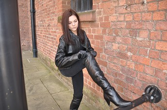 girls-in-leather-boots-set2