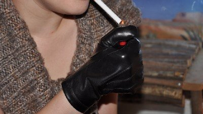 girls-moking-in-leather-gloves